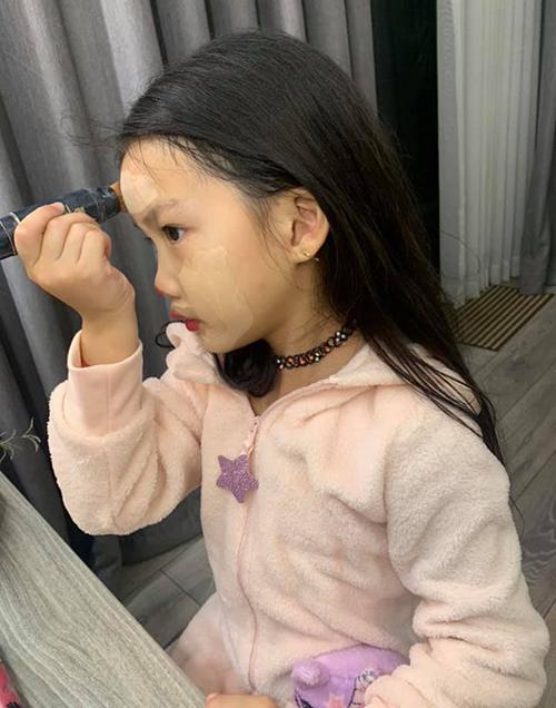 Con gái sao Việt bé tí đã sành sỏi tự trang điểm, làm điệu - 2