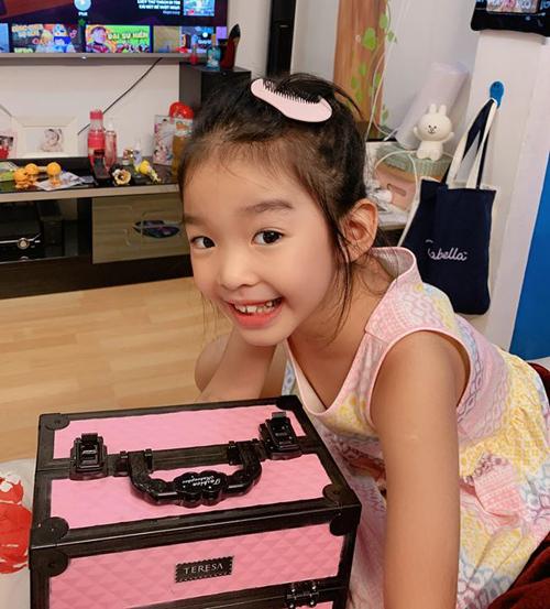 Con gái sao Việt bé tí đã sành sỏi tự trang điểm, làm điệu - 6