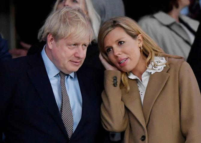 Thủ tướng Anh và vị hôn thê kém 23 tuổi, Carrie Symonds. Ảnh: Reuters.