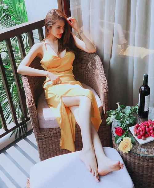 Với chiếc váy hai dây lả lơi quyến rũ, Linh Chi chỉ cần chụp ở góc ban công cũng có bức ảnh đẹp.