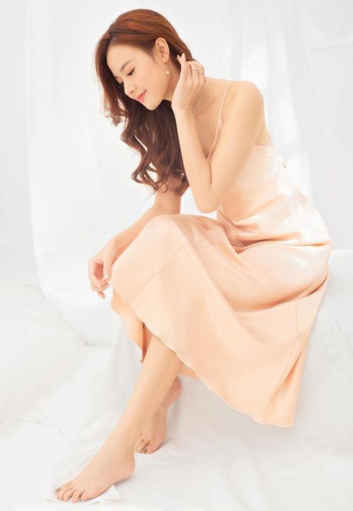 Midu là một trong những tín đồ của váy lụa bóng. Cô sở hữu rất nhiều mẫu với cả chục màu sắc khác nhau.
