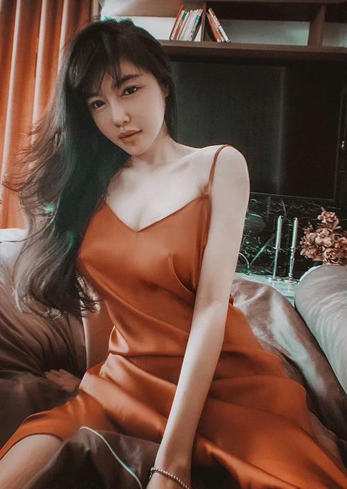 Vốn chuộng phong cách sexy, Elly Trần có cả bộ sưu tập đồ mặc nhà quyến rũ, trong đó không thể thiếu dáng váy hai dây satin mềm mại.