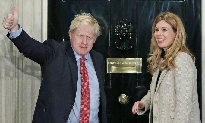 Bạn gái đang mang thai không thể ở bên Thủ tướng Anh lúc bệnh nặng