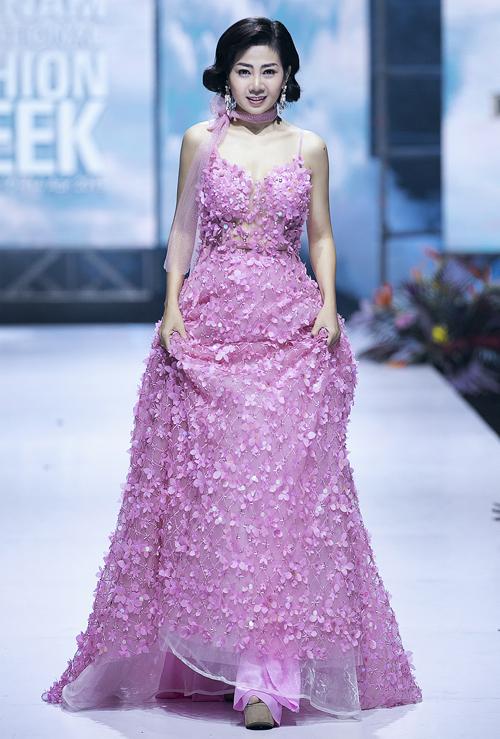 Mai Phương trên sàn diễn Vietnam International Fashion Week Xuân Hè 2019.