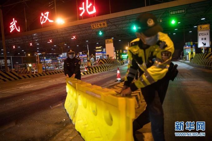 """<p class=""""Normal"""">0h ngày 8/4, thành phố Vũ Hán - thủ phủ của tỉnh Hồ Bắc - dỡ bỏ phong tỏa sau 76 ngày. Người dân và hành khách khỏe mạnh sẽ được phép rời khỏi Vũ Hán. Các chuyến tàu, chuyến bay được nối lại và lối vào đường cao tốc cũng được mở ra. Việc nới lỏng các hạn chế đi lại đối với Vũ Hán là cột mốc mới nhất trong cuộc chiến chống Covid-19 của Trung Quốc.</p>"""
