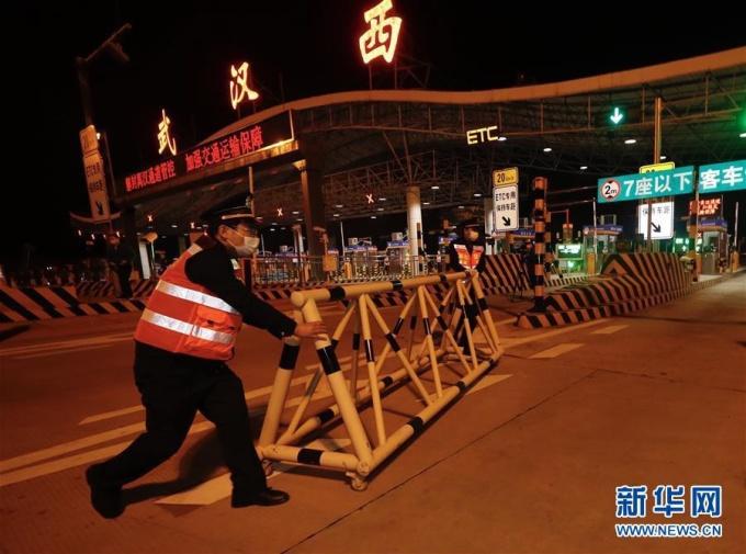 """<p class=""""Normal""""><span>Nhân viên dọn dẹp rào chắn tại trạm thu phí cao tốc Vũ Hán Tây nửa đêm 7/4.</span></p>"""