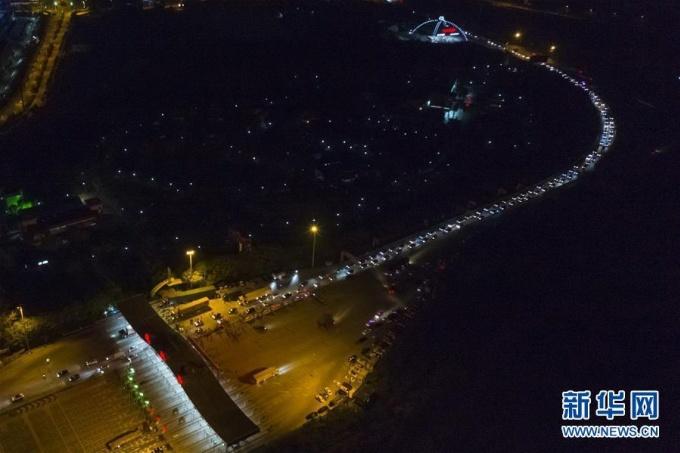 """<p class=""""Normal"""">Ảnh chụp từ trên cao cho thấy hàng phương tiện đi lại ngay trong đêm dỡ phong tỏa.</p>"""