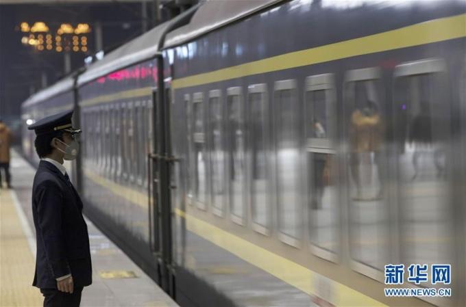 """<p class=""""Normal""""><span>Tại ga đường sắt Vũ Xương ở Vũ Hán,đoàn tàu số hiệu K81 trở thành đoàn tàu đầu tiên đi qua thành phố sau khi lệnh phong tỏa được dỡ bỏ.</span></p>"""