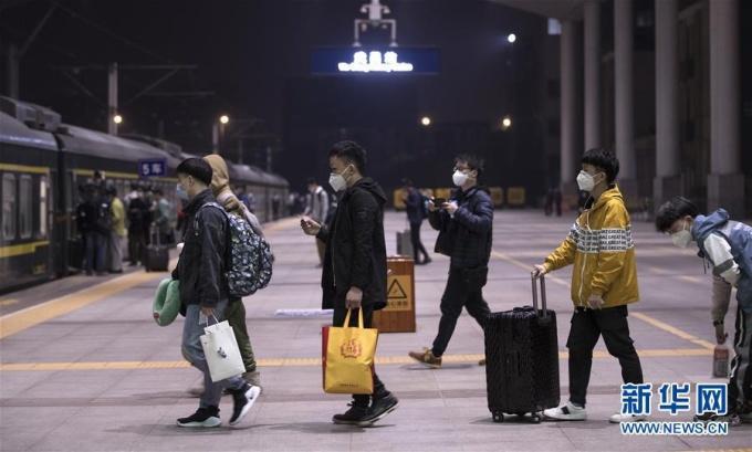 """<p class=""""Normal""""><span>Cơ quan đường sắt của Vũ Hán ước tính hơn 55.000 hành khách sẽ rời Vũ Hán bằng tàu hỏa vào hôm 8/4. Một người đàn ông họ Zhang cho biết sẽ đến Bắc Kinh để trở lại làm việc trong tập đoàn công nghệ. """"Chính quyền địa phương đã ước tính tổng số người từ Vũ Hán đến Bắc Kinh và sắp xếp cho chúng tôi làm xét nghiệm. Kết quả của tôi là âm tính"""", anh nói.</span></p>"""