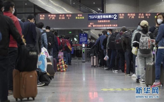 """<p class=""""Normal""""><span>Hàng nghìn người đã đổ đến nhàga để bắt tàu rời Vũ Hán ngay khi lệnh phong tỏa được gỡ bỏ. Trong ảnh, hành khách xếp hàng chờ lên tàu K81, khởi hành rời Vũ Hán lúc 0h50 ngày 8/4. Loa phóng thanh tại ga liên tục nhắc nhở hành khách về các biện pháp kiểm dịch, như giữ khoảng cách an toàn và đeo khẩu trang.</span></p>"""