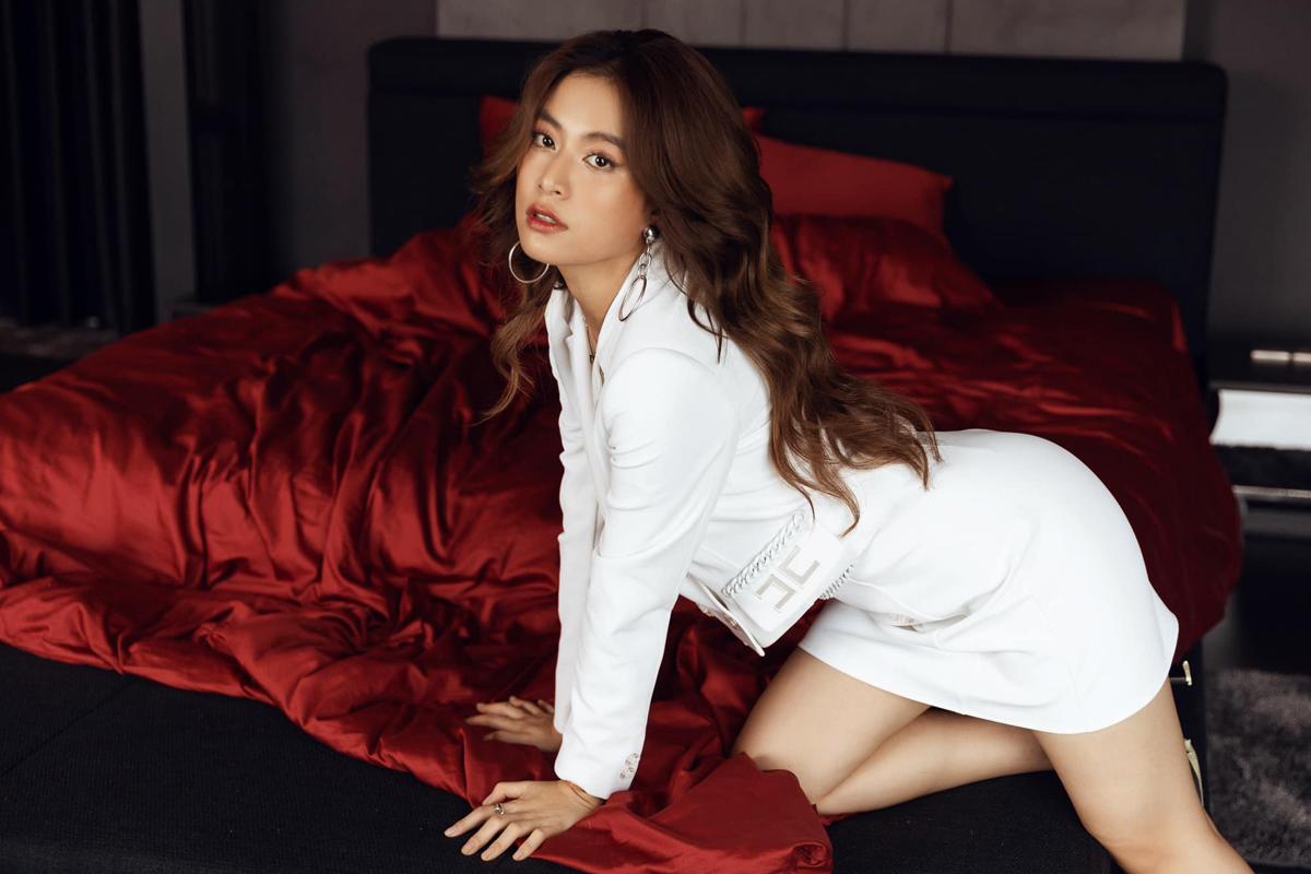 Hoàng Thùy Linh khoe bức ảnh sexy được thực hiện ngay trong phòng ngủ tại gia.