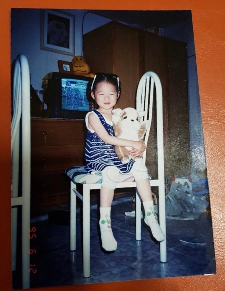 Hyuna khoe ảnh hồi bé cười híp mắt cực cute.