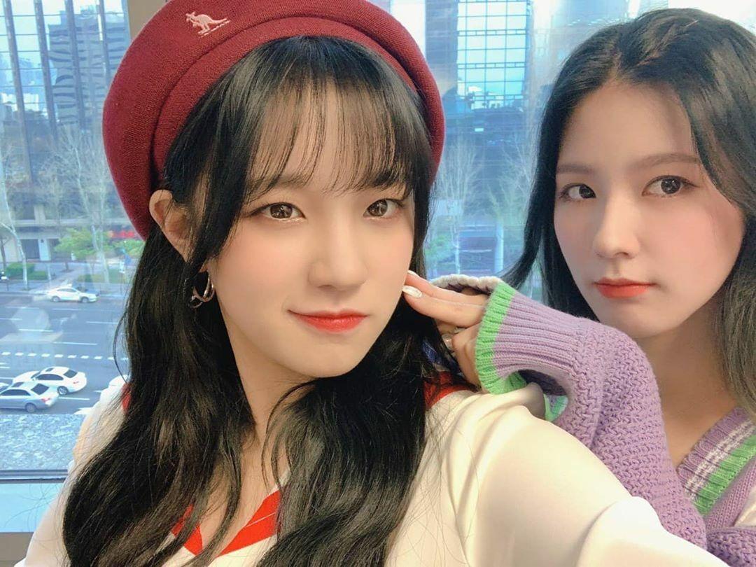 Yuqi  (G)I-DLE cười nhếch môi ra vẻ ngầu bên Mi Yeon.