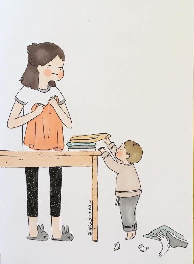 <p>Mẹ cũng chẳng hề cáu giận khi bạn luôn làm rối tung mọi thứ: nhà cửa vừa dọn sạch bạn lại bày đồ ra chơi, quần áo vừa gấp phẳng lại bị đảo lộn... Bởi mẹ biết, trẻ con hiếu động và thích khám phá.</p>