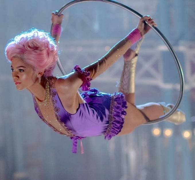 """<p><strong>Zendaya - The Greatest Showman</strong></p>  <p>Đạo diễn muốn dùng ít diễn viên đóng thế nhất có thể nên """"bạn gái Spider-Man""""đã học biểu diễn trên không trong 3 tháng trước khi bấm máy. Cô đã tự mìnhthực hiện một sốpha nhào lộn nguy hiểm trên phim.</p>"""