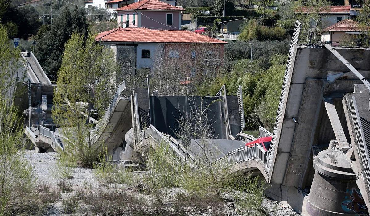 Một phần chiếc cầu bị sập khiến hai tài xế bị thương. Ảnh: Xinhua.