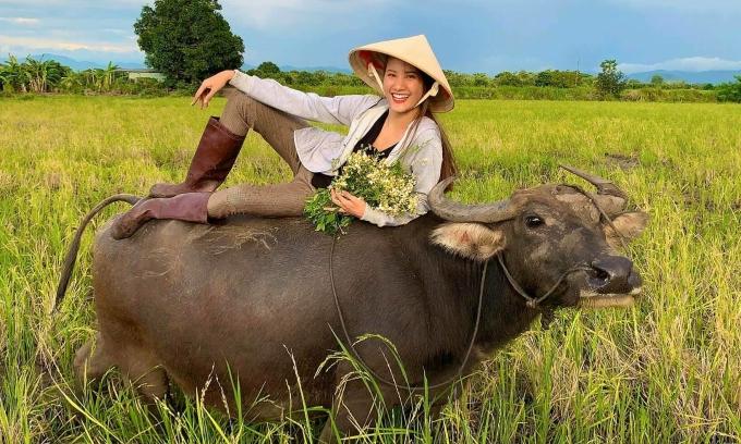 Sao Việt về quê chăn trâu, nuôi vịt