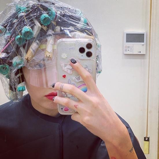 Hyuna đi làm tóc không quên nhá hàng trước pha biến hình.