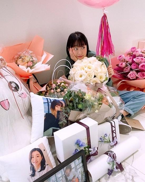Kim Da Mi hạnh phúc mừng sinh nhật với rất nhiều hoa và quà. Cô nàng vụt sáng sau vai điên nữ của Itaewon Class, hút hơn 1,4 triệu follower trên Instagram.