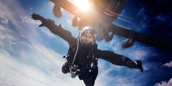 <p><strong>Tom Cruise - Mission: Impossible - Fallout</strong></p>  <p>Tom Cruise nổi tiếng với những pha hành động mà không cần trợ giúp của diễn viên đóng thế. Trong bộ phim này, tài tử đã trình diễn một cú nhảy HALO ngoạn mục từ độ cao 7.000 m. Cruise là diễn viên đầu tiên thực hiện cảnh nguy hiểm như vậy và chỉ có một quốc gia duy nhất cho phép anh làm điều đó là Các tiểu vương quốc Ả Rập thống nhất.</p>
