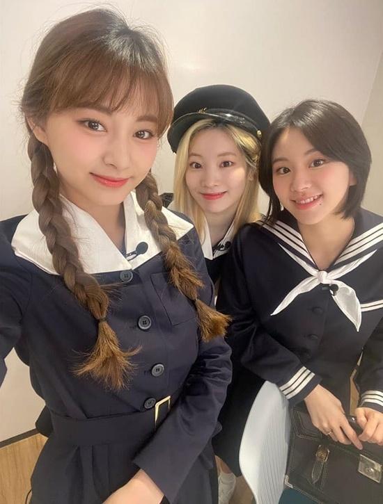 Tzuyu, Da Hyun và Chae Young như các nữ sinh cấp ba đáng yêu.