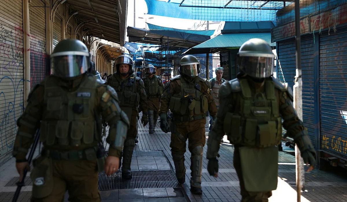 Cảnh sát chống bạo động tuần tra trên đường phố ở Santiago, Chile vào ngày 3/4. Ảnh: Reuters.