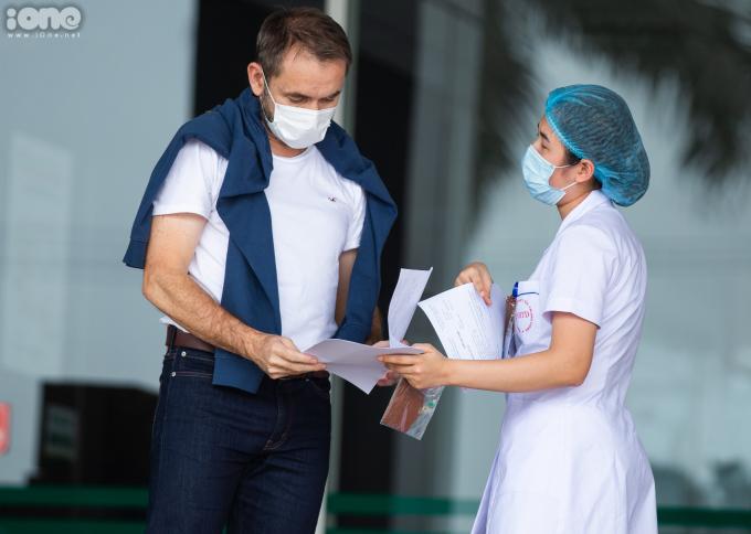 """<div class=""""_1mf _1mj""""> <div class=""""_1mf _1mj""""> <div class=""""_1mf _1mj""""><span>""""Các bệnh nhân ở đây rất đoàn kết, tốt bụng với nhau. Đối với tôi, đây là kỷ niệm rất đặc biệt, không thể nào quên được. Tôi bày tỏ sự biết ơn đến các nhân viên, đội ngũ y bác sĩ ở Bệnh viện Nhiệt đới Trung ương"""" - ông chia sẻ.</span></div>  <div class=""""_1mf _1mj""""></div>  <div class=""""_1mf _1mj""""></div> </div> </div>"""