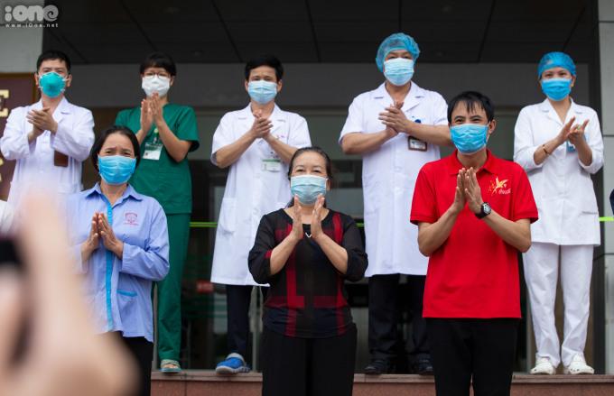 """<p class=""""Normal""""><span>Chiều 10/4, Bệnh viện Bệnh Nhiệt đới Trung ươngcơ sở 2 tổ chức xuất viện cho 9bệnh nhânCovid-1, bao gồm 3 người nước ngoài và 6 người Việt Nam.</span></p>"""