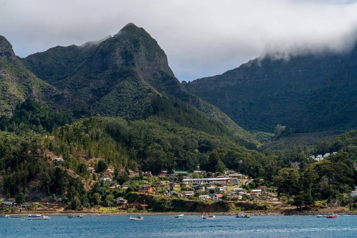 Đảo Robinson Crusoe ngoài khơi Chile, một trong những điểm xa xôi đã bị phong tỏa tránh lây lan Covid-19. Ảnh: AFP.