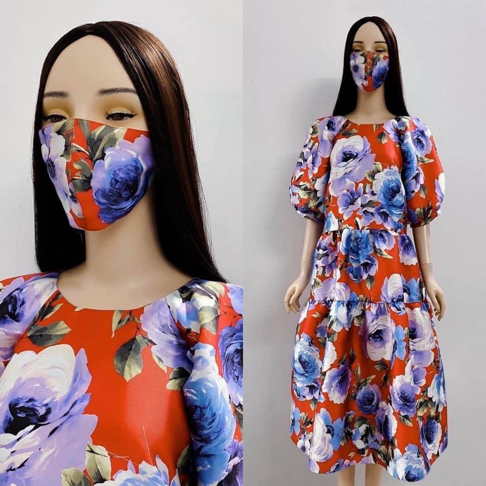 NTK Đỗ Mạnh Cường mới đây cũng giới thiệu dòng khẩu trang được tặng kèm khi mua dòng váy hoa. Anh tiết lộ, phía trong chiếc khẩu trang này được may thêm vải kháng khuẩn để bảo vệ sức khỏe.