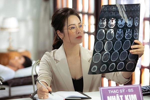Nhật Kim Anh với tạo hình bác sĩ.