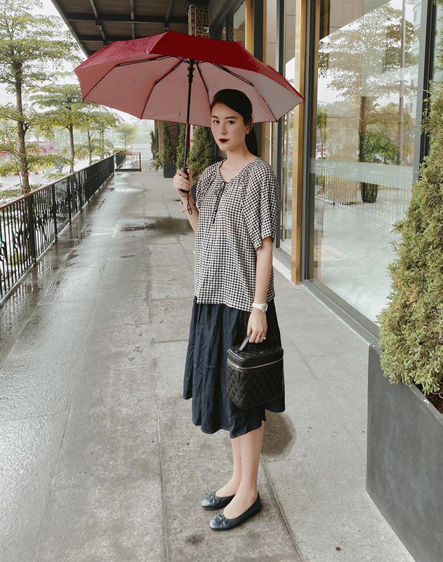 Hà Lade tiết lộ bộ trang phục đậm chất vintage này được cô diện lúc đi siêu thị. Mặc đồ rộng rãi, chân dài tạo điểm nhấn bằng set phụ kiện Chanel.