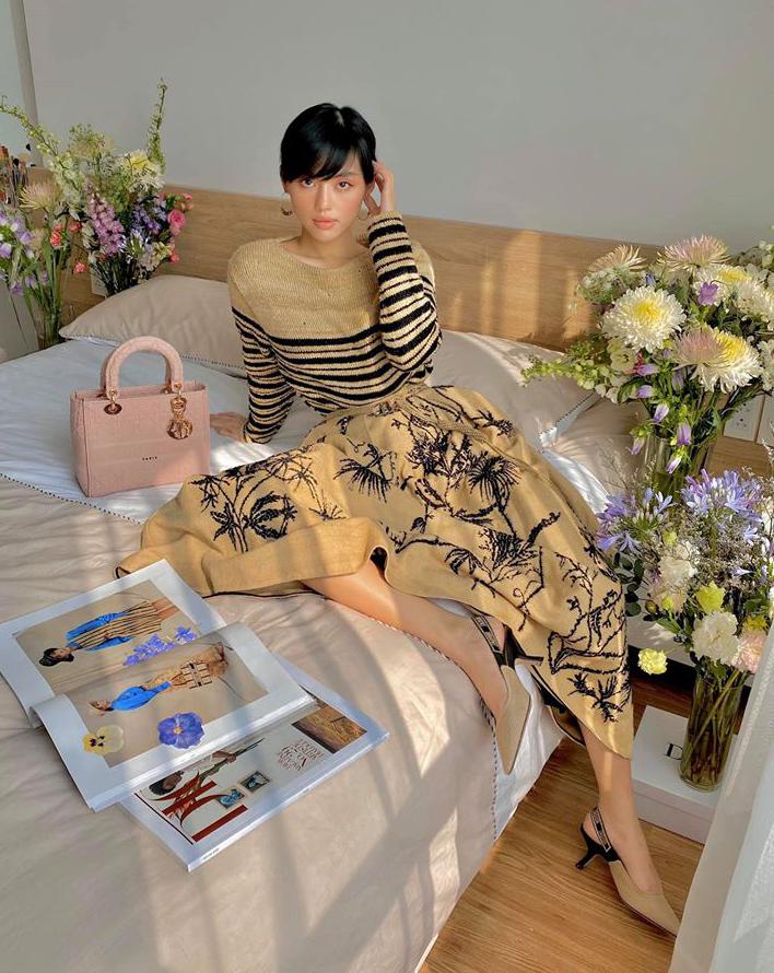 Chụp hình trong phòng ngủ, Khánh Linh vẫn mặc đẹp chẳng khác gì dự tiệc. Nàng mẫu trông như quý cô Paris với cả cây đồ của Dior.