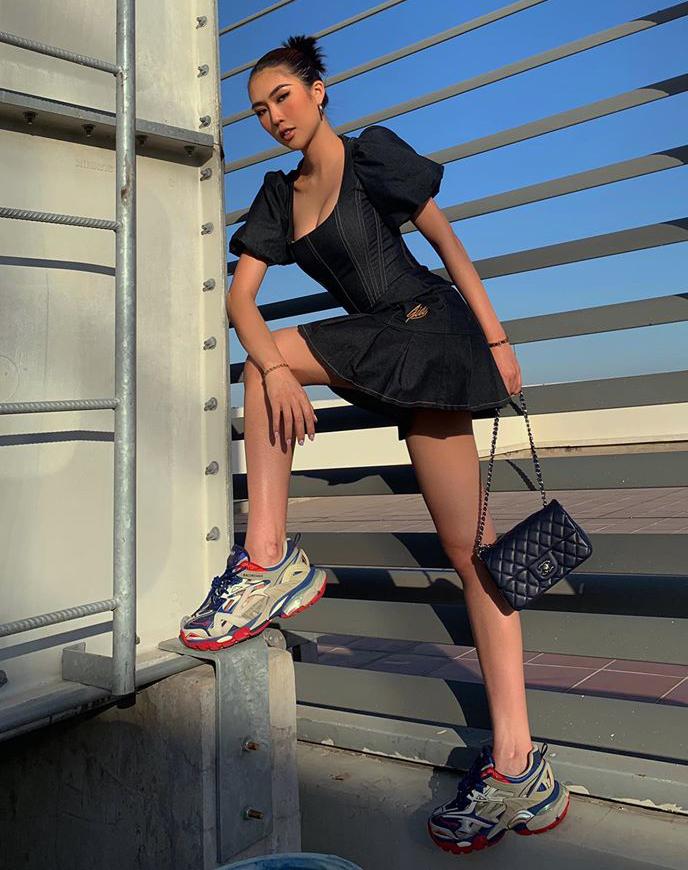 Tường Linh lên sân thượng tạo dáng. Trang phục của cô kết hợp váy sexy với giày hầm hố, tạo nên bộ đồ sang chảnh.