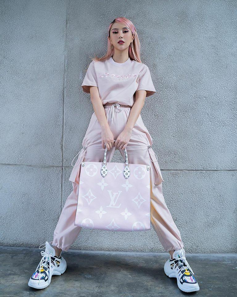 Quỳnh Anh Shyn diện hồng cả cây nhưng không hề bánh bèo. Trang phục thể thao cá tính của cô nàng thêm độ chất nhờ chiếc túi tote khổ lớn của Louis Vuitton.