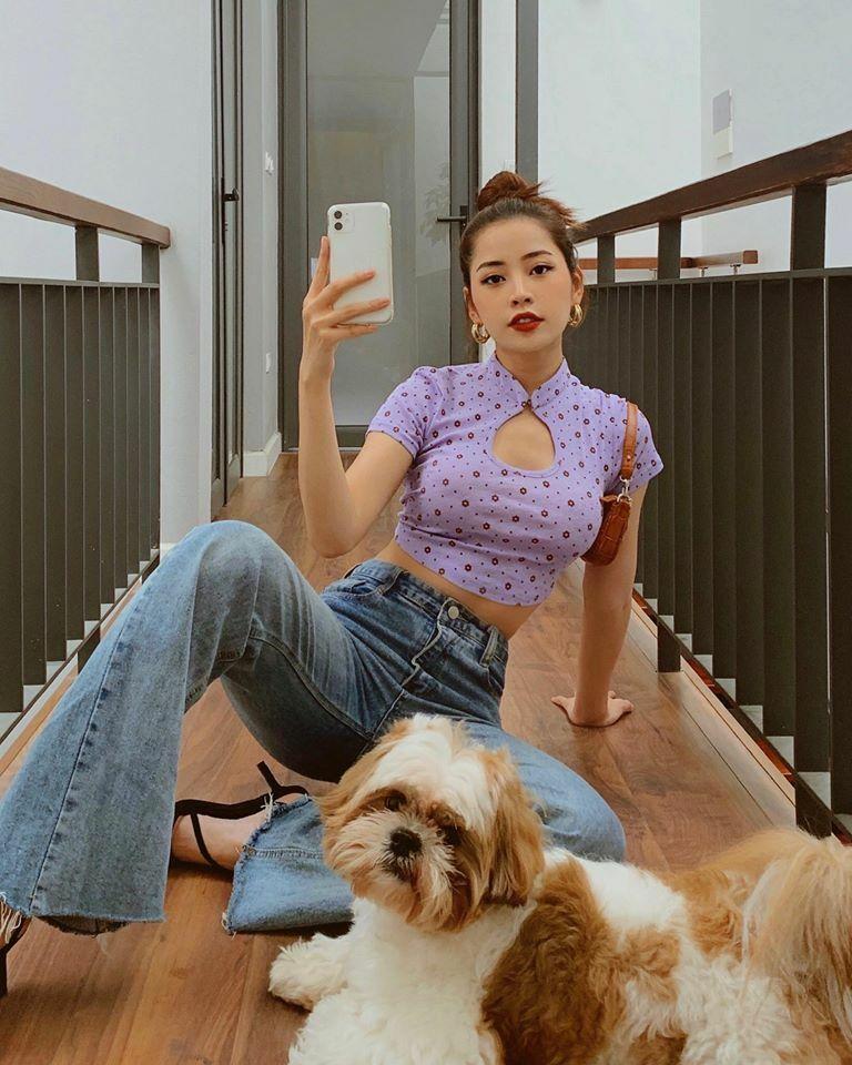 Chi Pu tạo dáng trong nhà vẫn có bức hình street style đẹp mắt. Áo croptop cổ sườn xám như cô nàng đang diện là hot trend của năm nay.