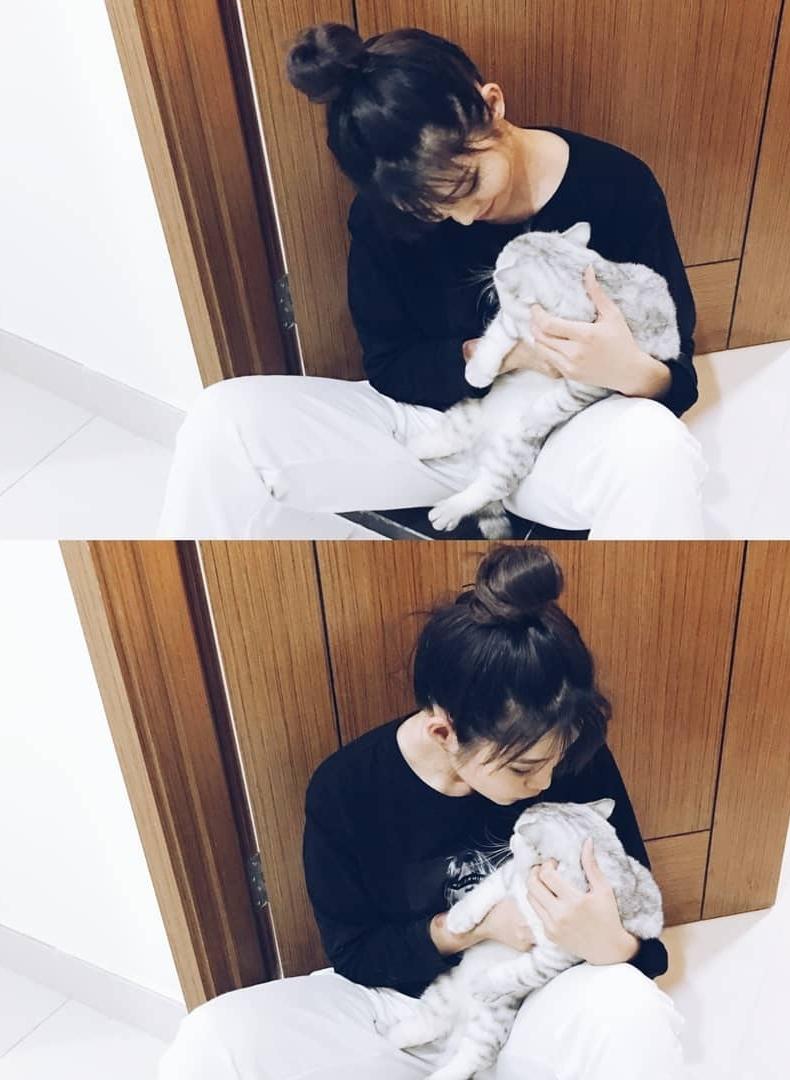 Quỳnh Châu chia sẻ: Ai cũng nên có một em mèo bên cạnh vì thật sự rất ấm áp. Với Châu, mỗi lần stress, có Lucy bên cạnh thì mọi mệt mỏi đều tan biến. Tiếng thở của Lucy cũng khiến Châu ngủ ngon hơn mỗi ngày.
