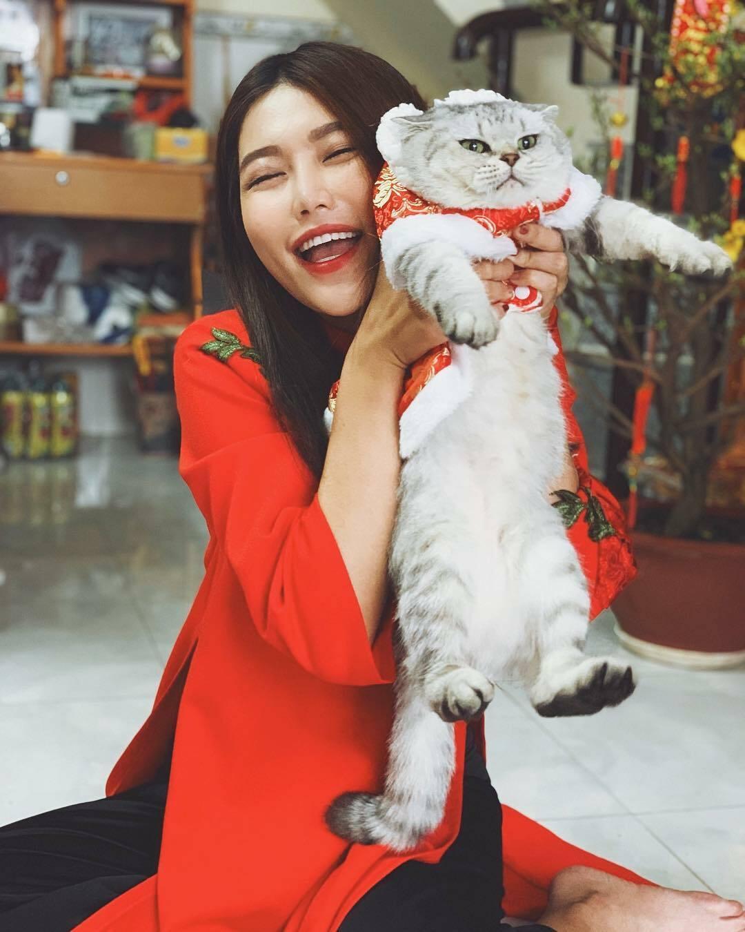 Lucy đã ở bên Quỳnh Châu được 4 năm và được cô gọi là con gái cưng. Lucy là giống mèo Anh lông ngắn, hiện nặng 4 kg.
