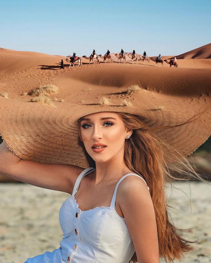 <p>Cô gái đội một sa mạc lên đầu? -bức ảnh đánh lừa thị giác của người xem.</p>