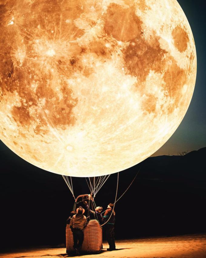 <p>Bạn có dám leo lên chiếc khinh khí cầu mặt trăng???</p>