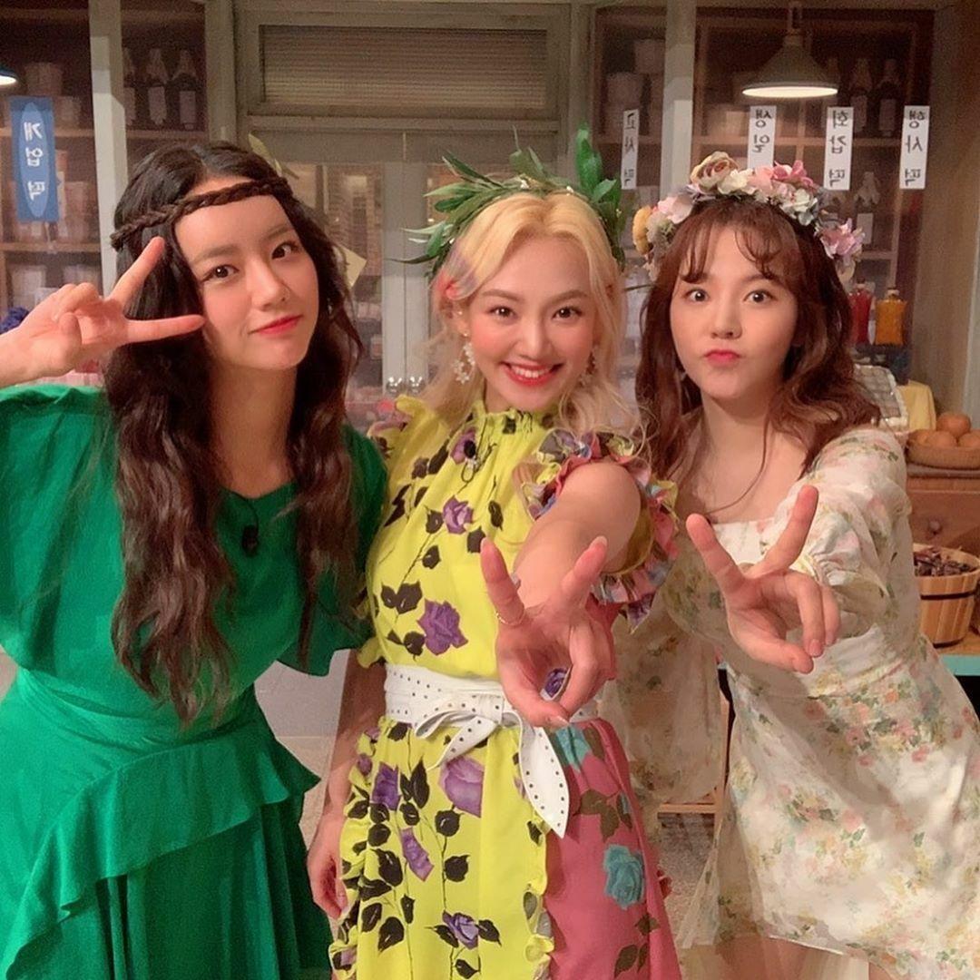 Hai thành viên SNSD - Hyo Yeon và Sunny - hớn hở khi hội ngộ, cùng ghi hình Amazing Saturday với Hye Ri.