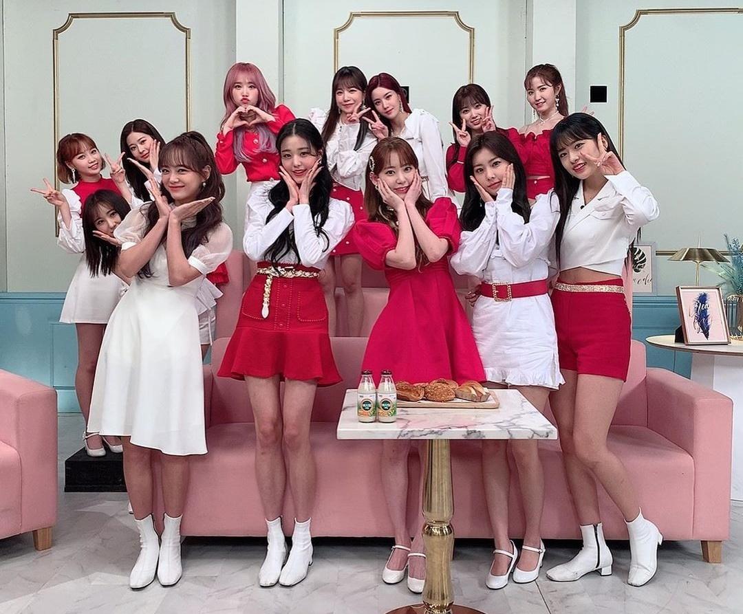 Kim Se Jeong (váy trắng dài) đọ cute với các đàn em IZONE.