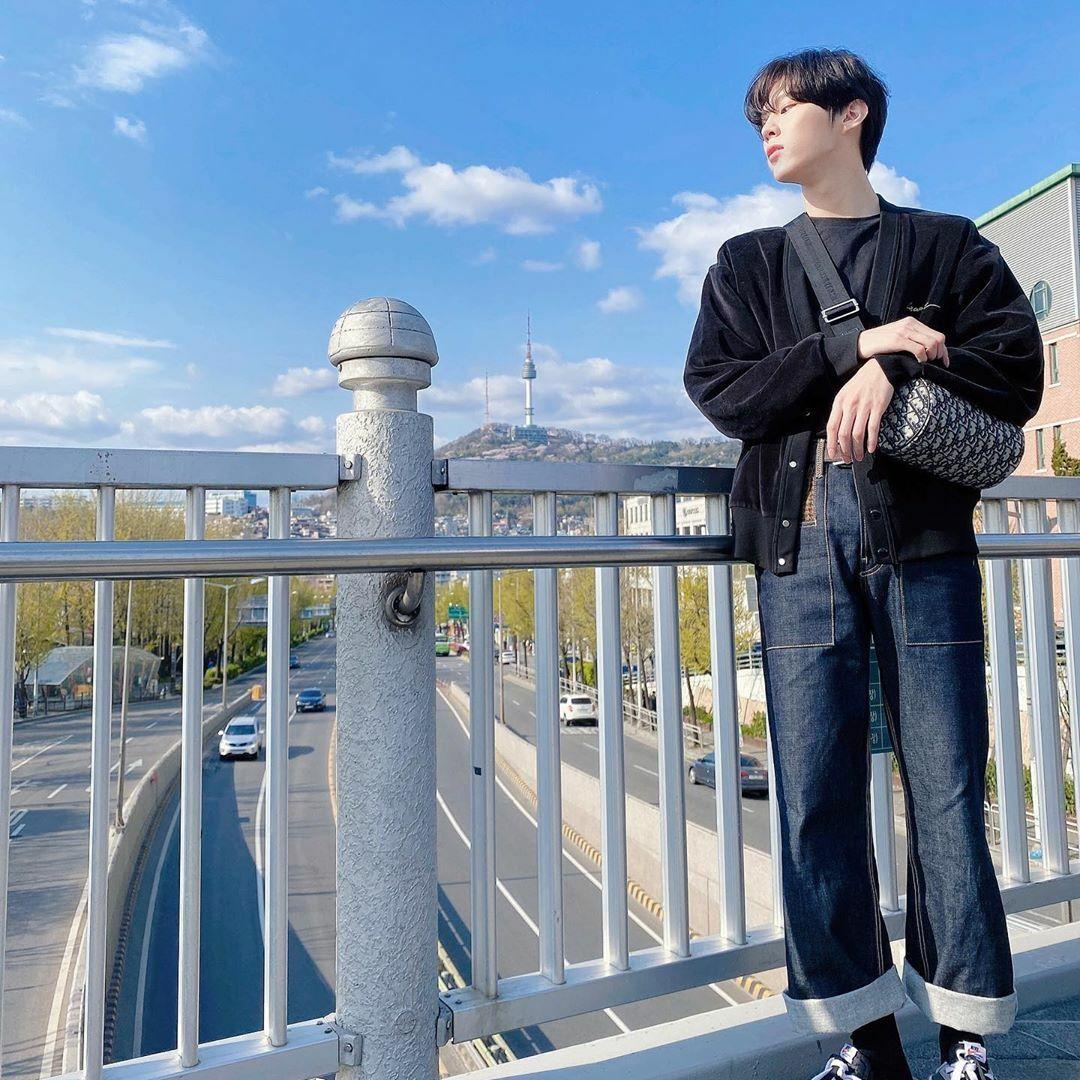 Kim Woo Seok khoe thần thái với street style trẻ trung.