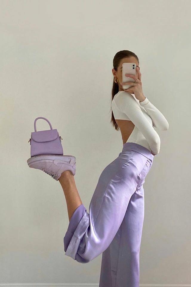 Một hot trend mới toanh cũng đang gây sốt trên Instagram là chụp hình tạo dáng cân bằng mọi thứ. Bằng cách đưa chân lên cao giữ đồ vật, các cô gái cho thấy độ dẻo dai, khỏe khoắn.