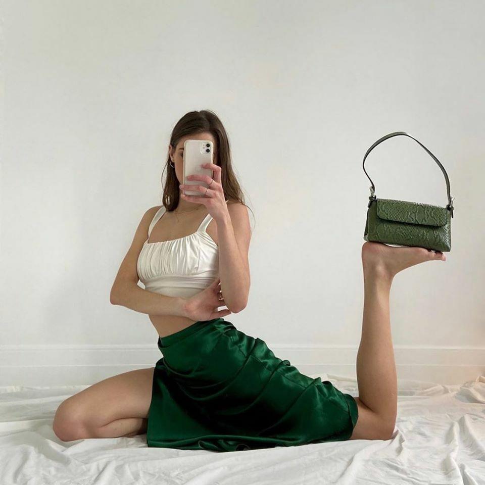 Những động tác cân bằng càng khó càng chứng minh được vóc dáng chuẩn của các cô gái. Nhiều nàng sáng tạo dáng pose hình từ những tư thế yoga.