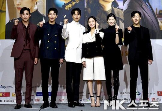 Lee Min Ho tình tứ với nam phụ trong họp báo Quân vương bất diệt