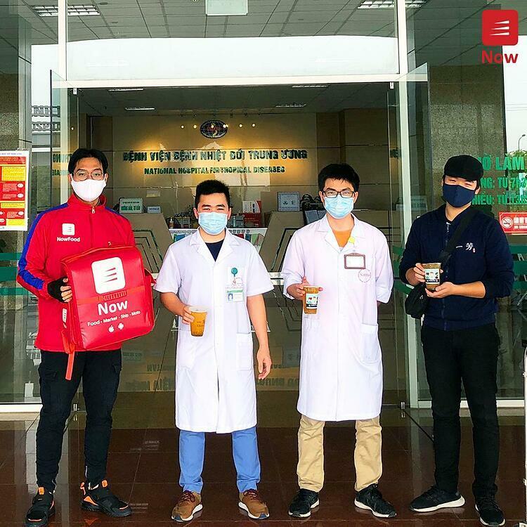 Tiếp tục hoạt động ý nghĩa, Now đồng hành cùng Yi Fang Taiwan Fruit Tea gửi tặng 500 ly Trà hoa quả - đồ uống làm nên tên tuổi của thương hiệu này - đến các bác sĩ Bệnh Viện Nhiệt Đới Trung Ương 2 tại Đông Anh (Hà Nội) vào 8-12/4.