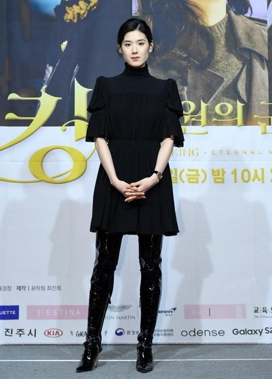 Nữ phụ Jung Eun Chae thu hút ánh nhìn với trang phục đen sang trọng, cá tính. Cô nổi tiếng với nét đẹp hiện đại, sắc sảo. Không ít khán giả lo ngại Jung Eun Chae sẽ lẫn át nữ chính nhờ vẻ ngoài xinh đẹp, khí chất vượt trội.