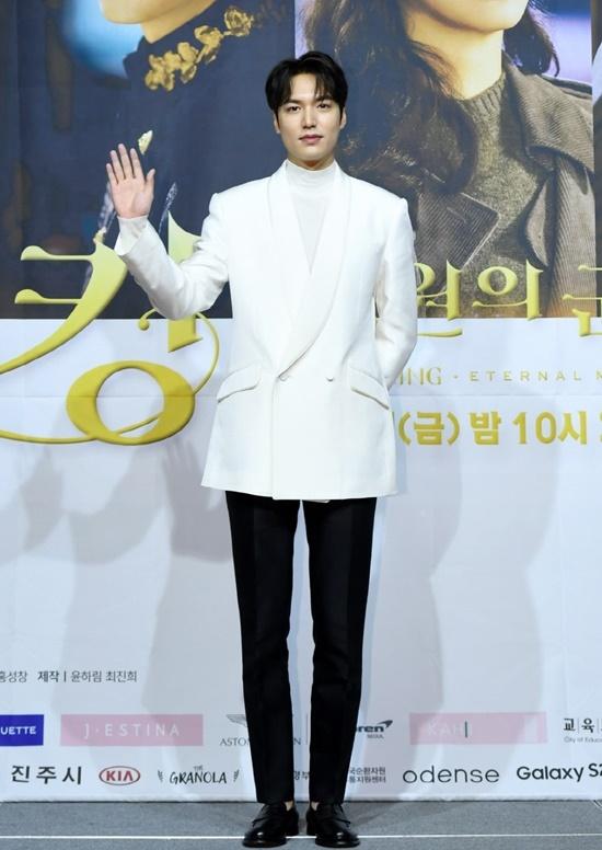 Đây là bộ phim được mong chờ nhất 2020 khi được chấp bút bởi biên kịch phim Hậu duệ mặt trời và cũng là tác phẩm tái xuất của Lee Min Ho sau thời gian đi nghĩa vụ. Mỹ nam xuất hiện trong bộ vest trắng sang trọng. Nhiều người nhận xét dù tăng cân đôi chút nhưng Lee Min Ho vẫn cực kỳ điển trai, xứng đáng danh hiệu nam thần hàng đầu màn ảnh Hàn.