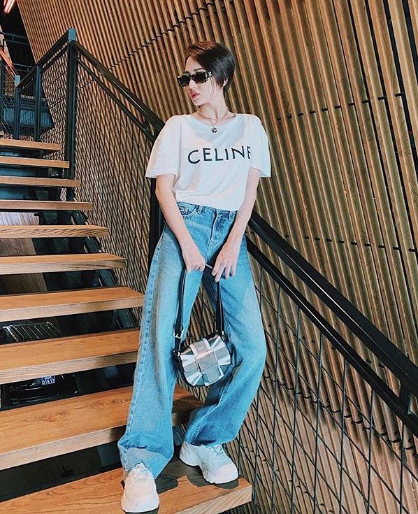 Mặc T-shirt với quần thụng, Bảo Anh trông còn ngầu hơn cả khi diện đồ hầm hố như da, lưới...